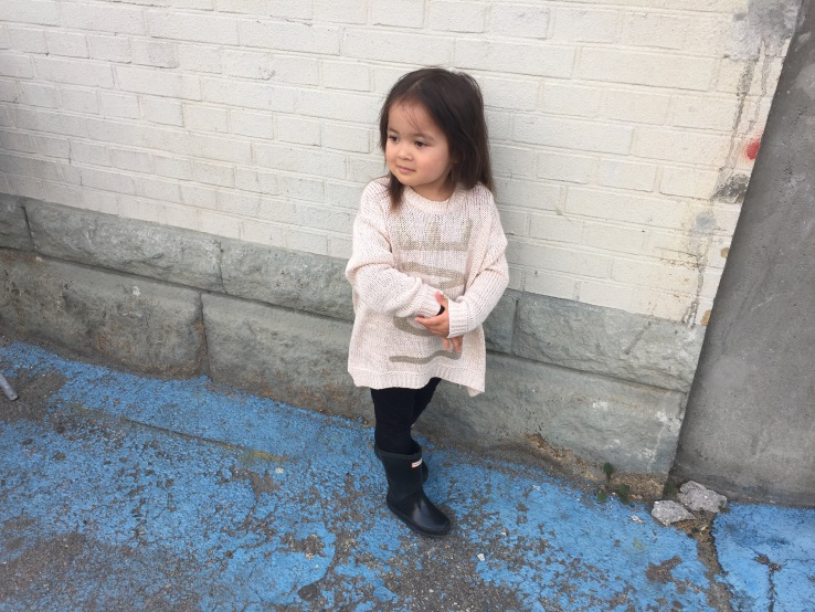 Pose_toddler_mixed_kid_fashion_benetton_sweater_black_hunter_boots